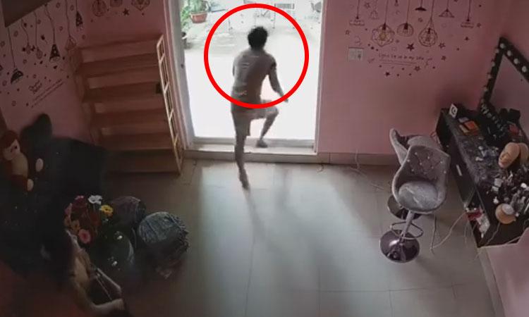 Anh chàng va vào cửa kính