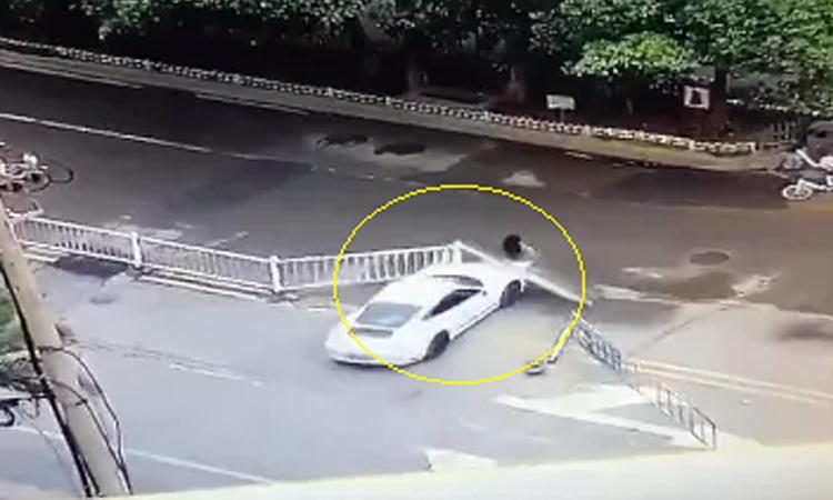 Nữ tài xế xe Porsche cố tình đâm người phụ nữ đi bộ