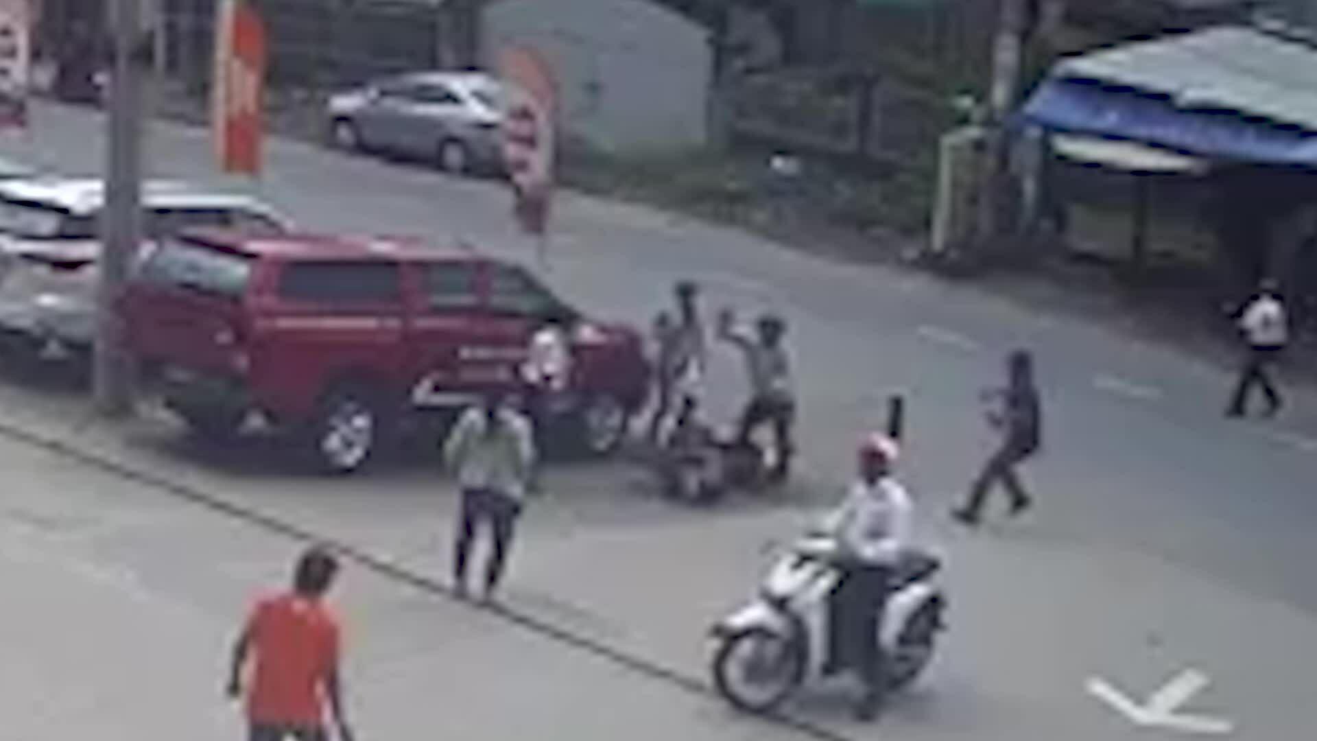 Hai tên cướp tấn công người truy đuổi bằng hơi cay