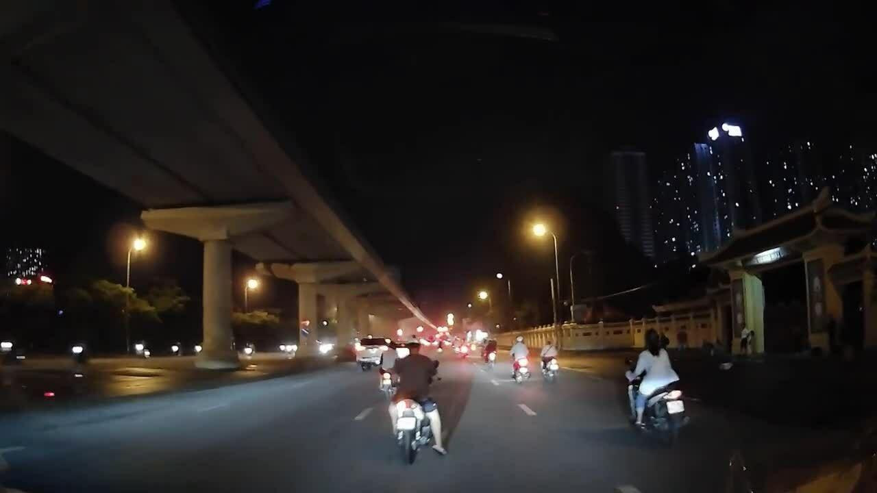 Xe máy dừng giữa đường
