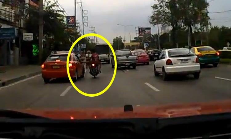 Thanh niên ngã văng ra đường vì đạp taxi