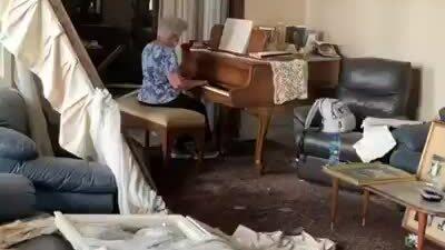 Cụ bà chơi piano giữa ngôi nhà đổ nát vì vụ nổ Beirut