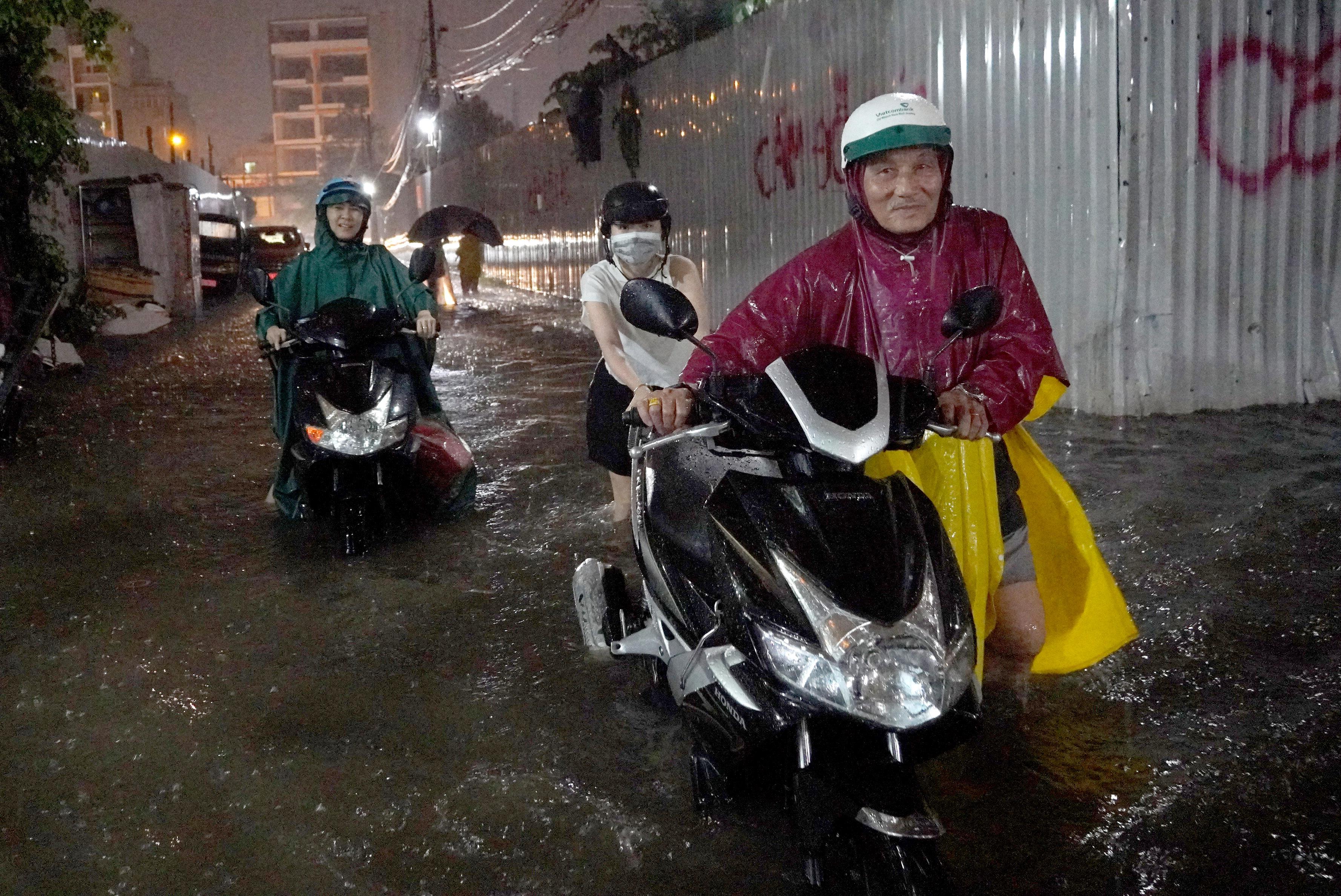 Mưa lớn, nhiều tuyến đường TP HCM ngập nặng