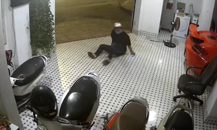 Tên trộm hụt chân ngã dập mông