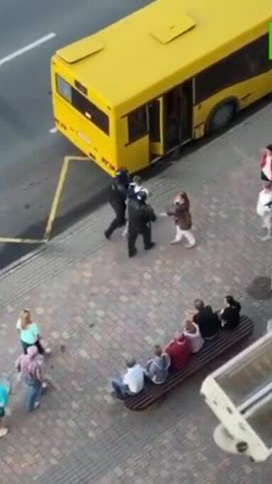 Cảnh sát Belarus áp giải nhầm người biểu tình lên xe buýt