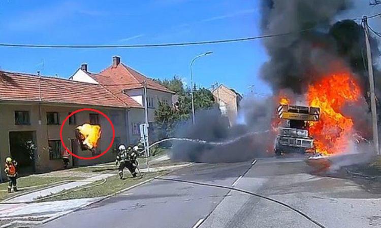 Lốp ôtô cháy suýt bay trúng lính cứu hỏa