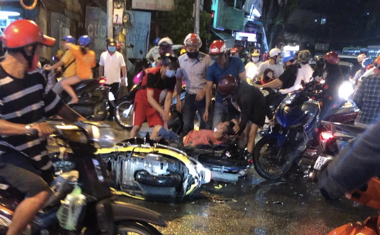 Nạn nhân vụ ôtô đâm 8 xe máy: 'Mọi người bị hất văng'