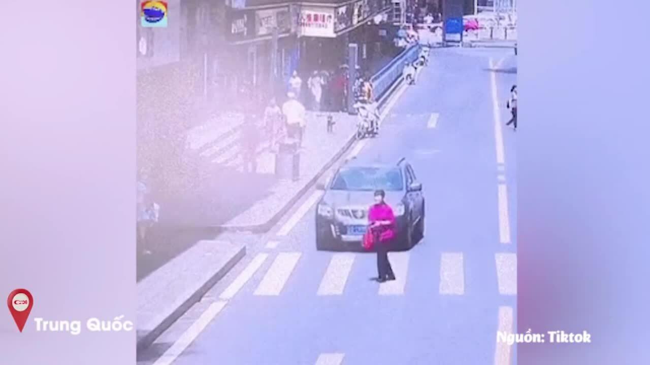 Người phụ nữ sang đường kiểu 'dương Đông kích Tây'