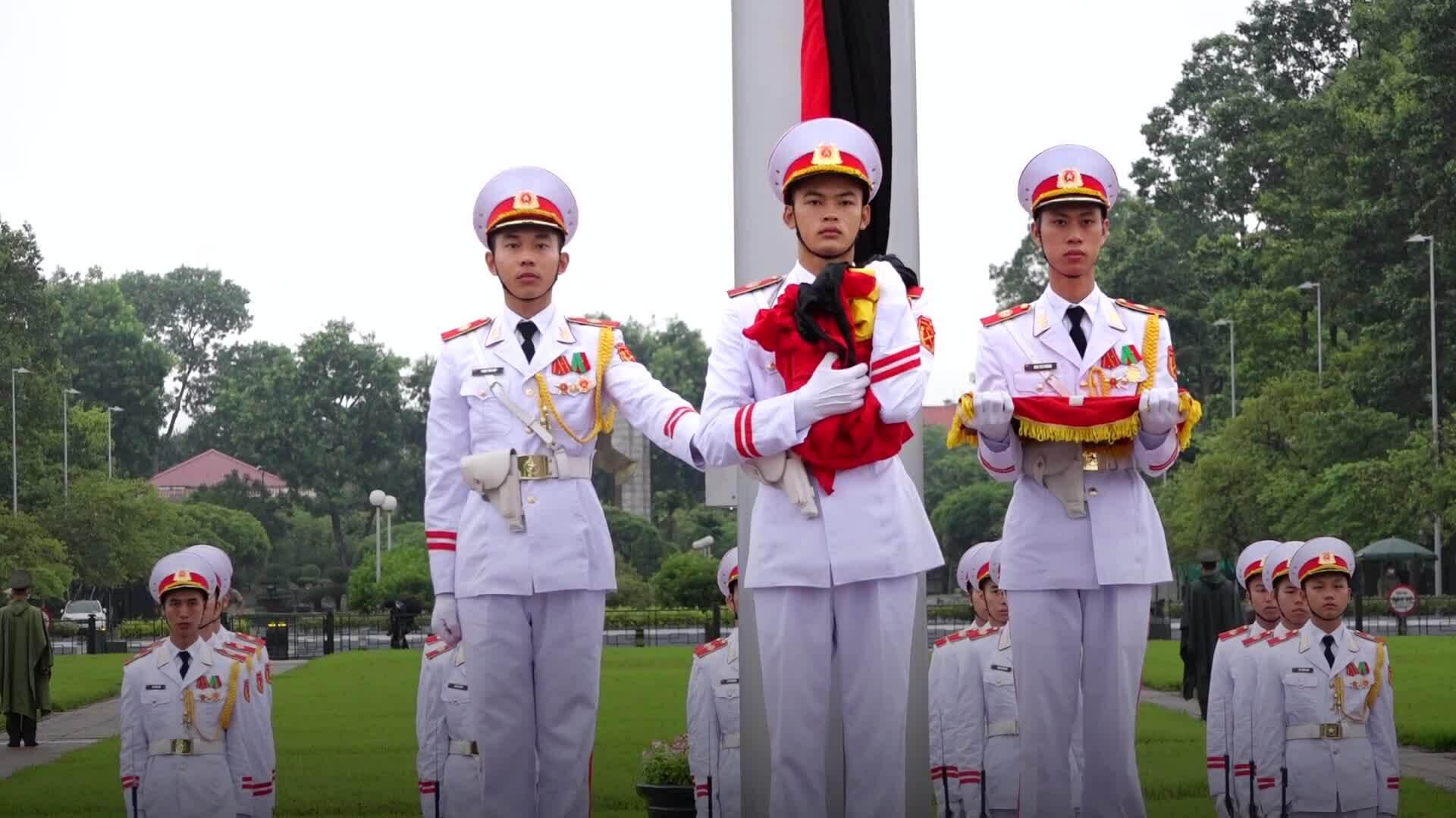 Treo cờ rủ quốc tang đồng chí Lê Khả Phiêu
