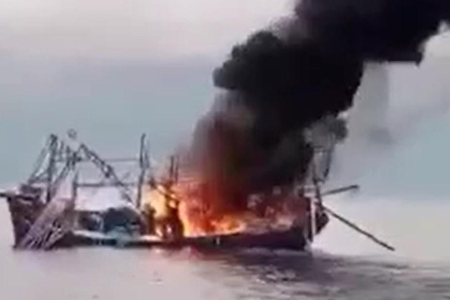 Cháy tàu cá chở 11 thuyền viên