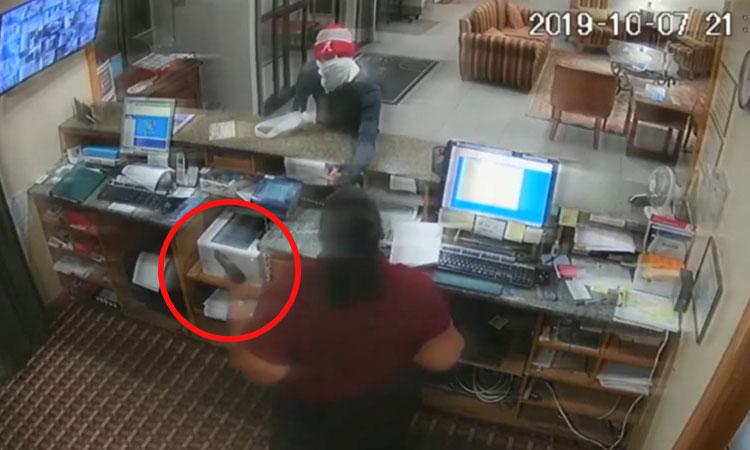 Nữ nhân viên dùng tiền lấy súng tên cướp