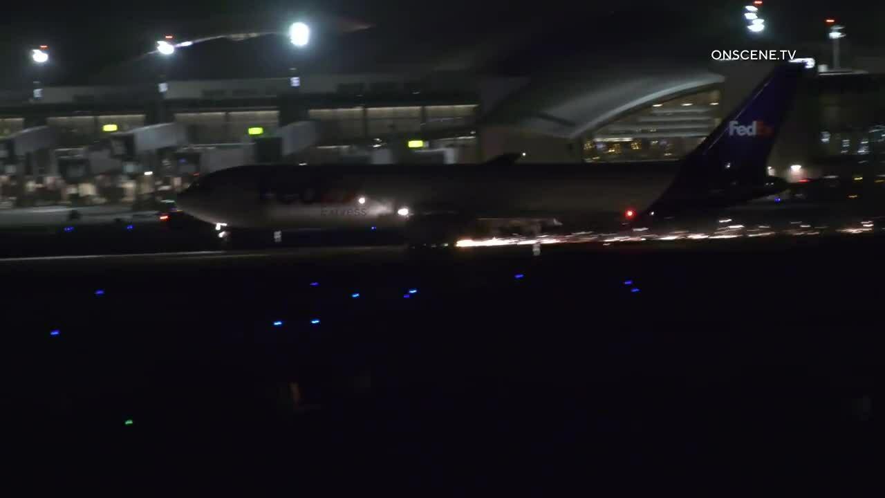 Máy bay Mỹ mài động cơ tóe lửa trên đường băng