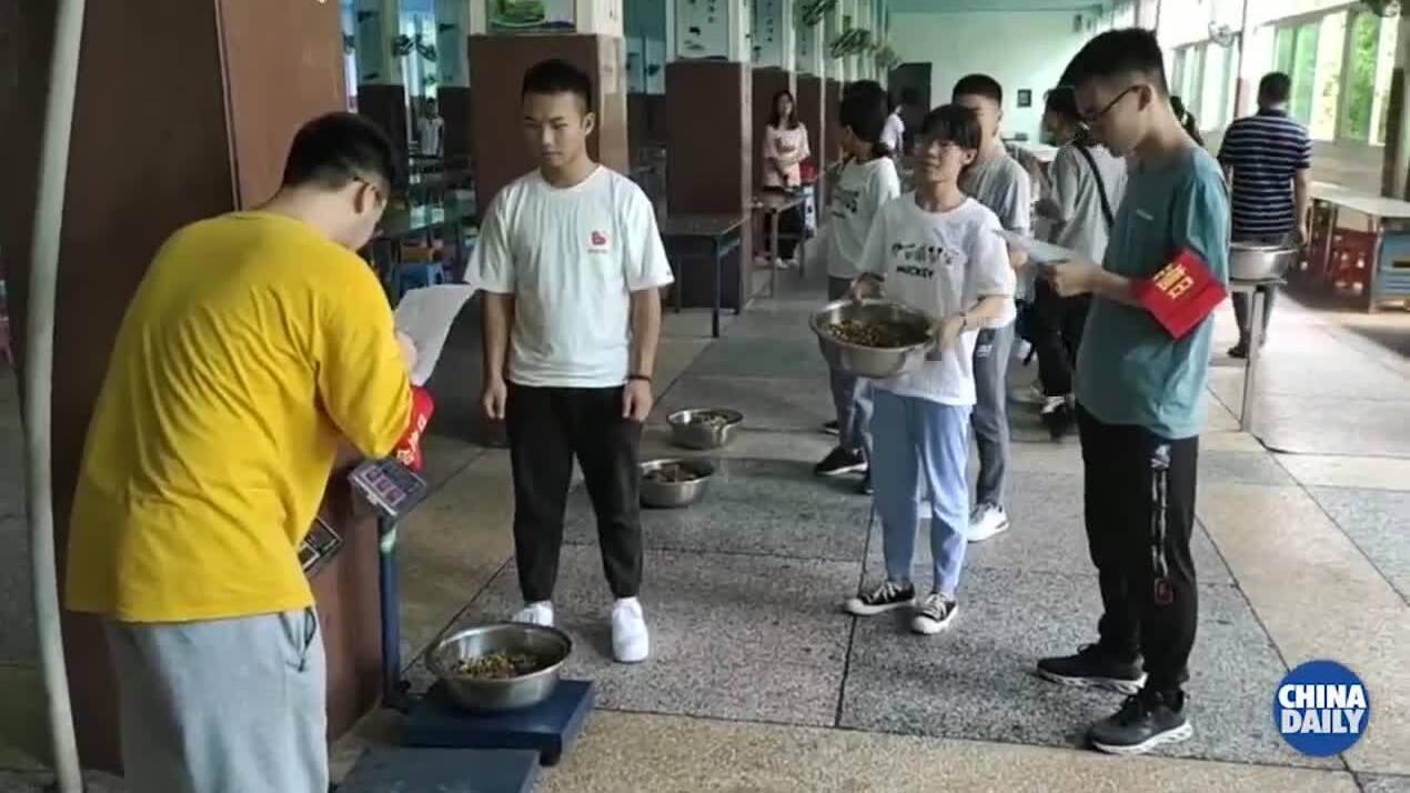 Học sinh bị phạt tiền, cắt học bổng nếu để thừa đồ ăn