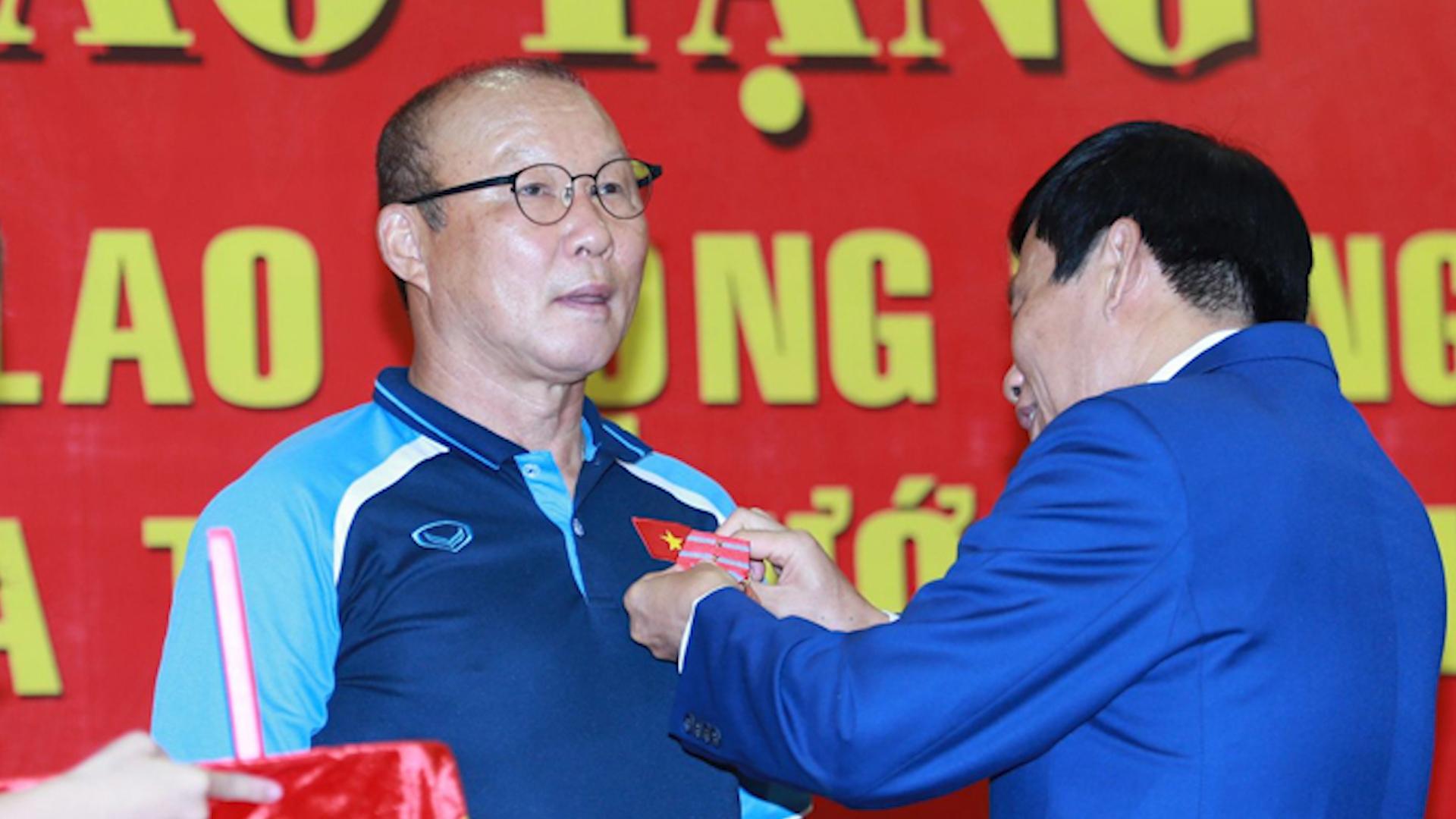 HLV Park Hang-seo nhận Huân chương Lao động hạng Nh