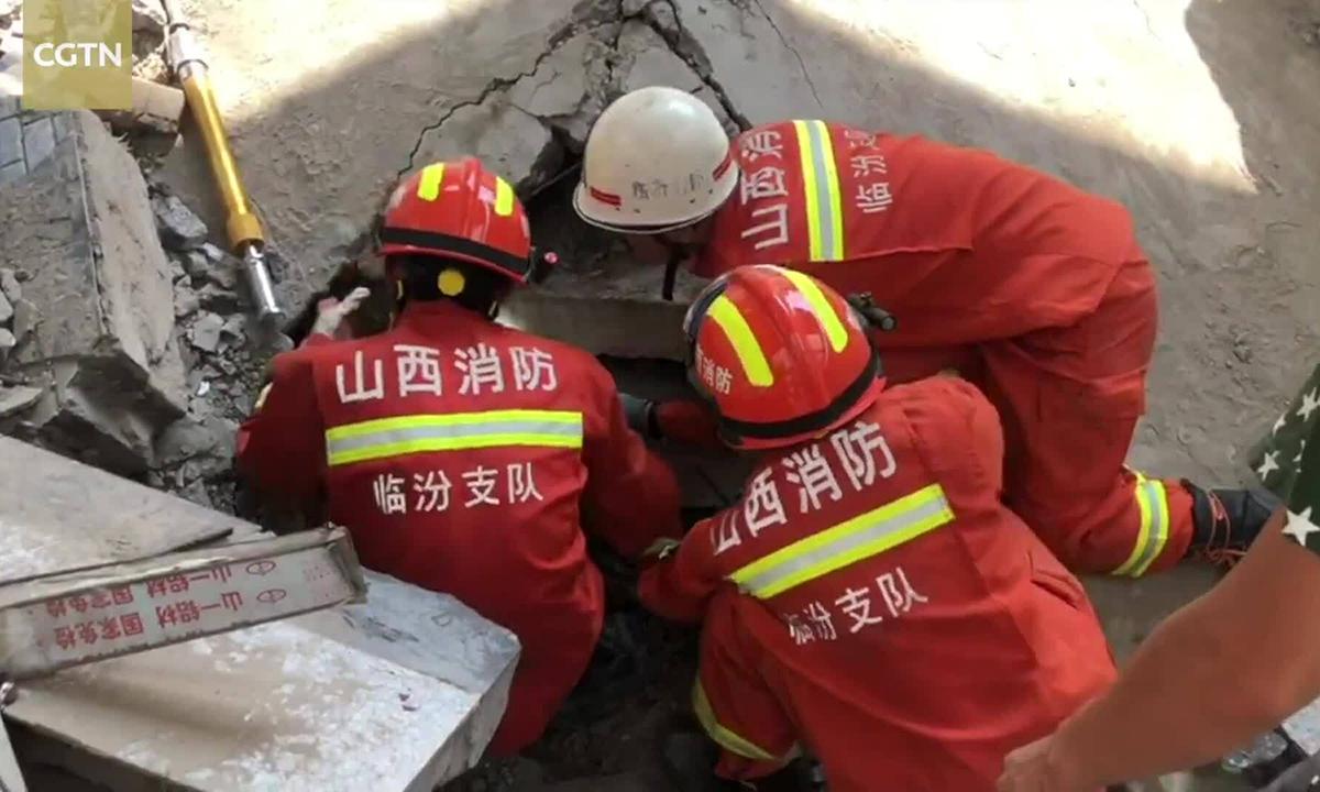 Lực lượng cứu hộ giải cứu người mắc kẹt sau vụ sập nhà hàng ở huyện Tương Phần, tỉnh Sơn Tây, Trung Quốc