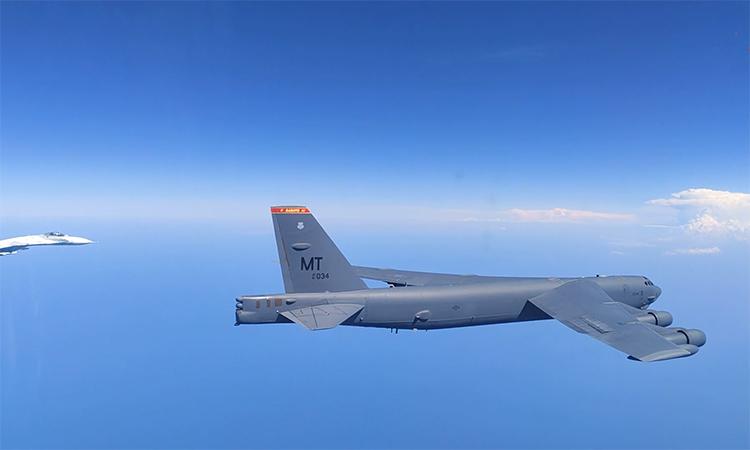 Su-27 Nga kẹp đuôi buộc B-52 Mỹ chuyển hướng
