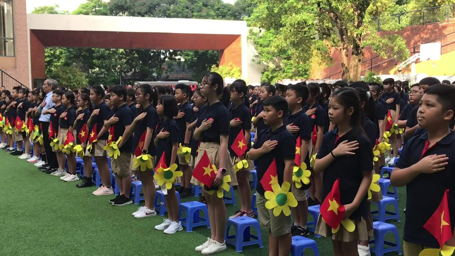 Học sinh hát Quốc ca trong lễ khai giảng