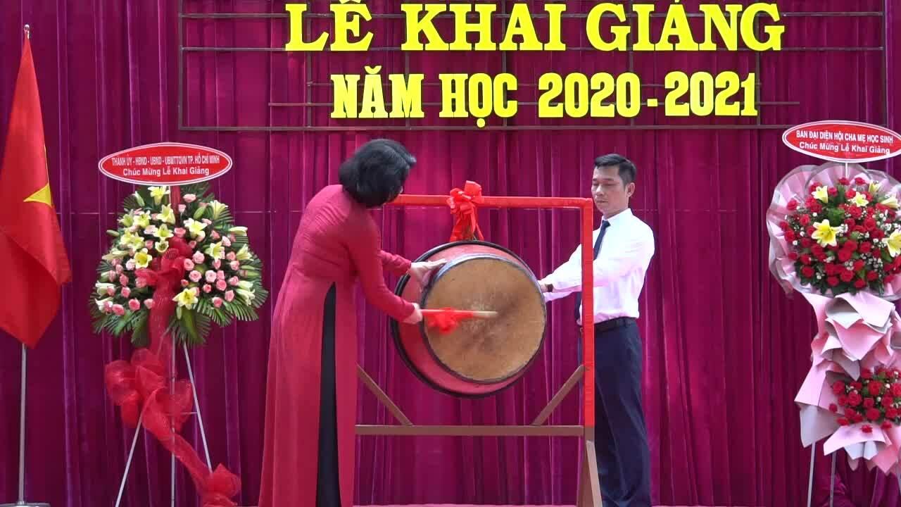 Phó chủ tịch nước Đặng Thị Ngọc Thịnh đánh trống khai giảng