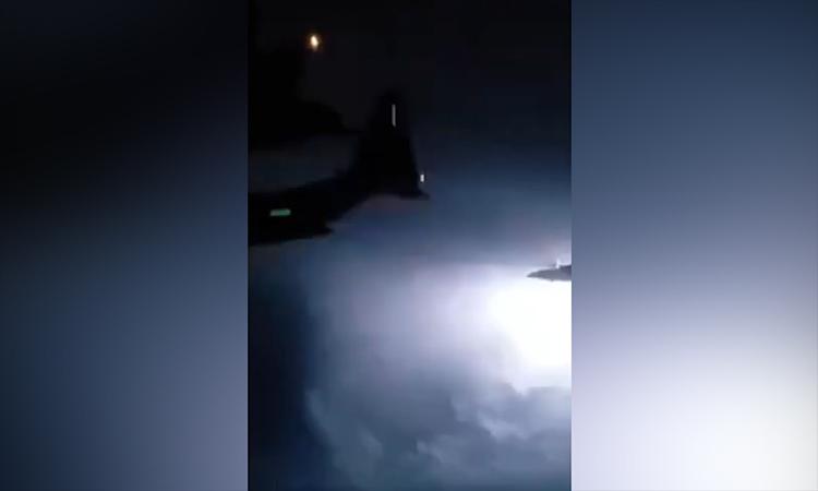 Tiêm kích tiếp nhiên liệu gần bão sét