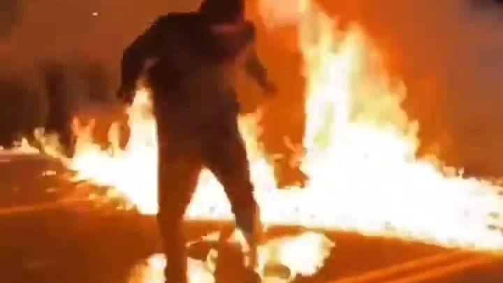 Người biểu tình bắt lửa ở Oregon