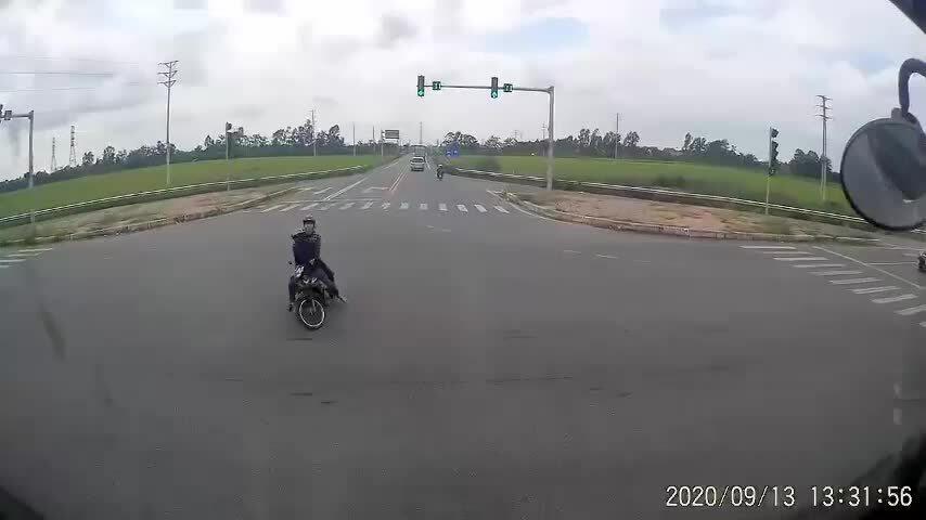 Container suýt đâm vào hai người đi xe máy