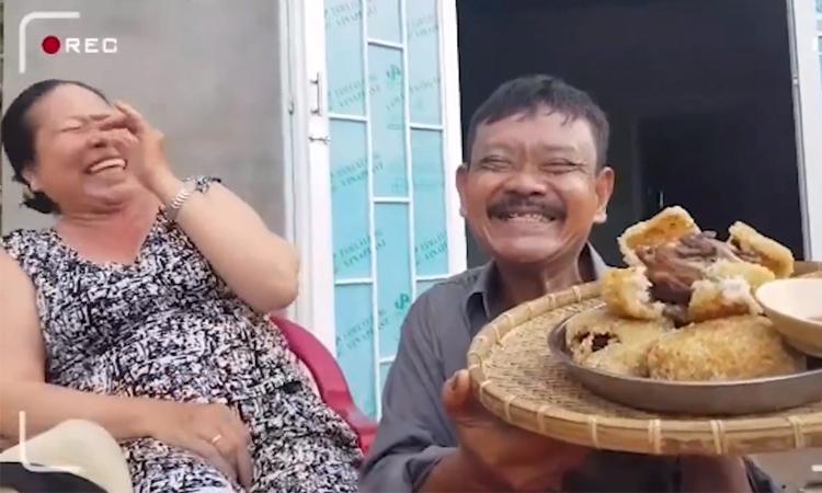 Vợ 'cười thả ga' khi chồng tạo dáng chụp ảnh