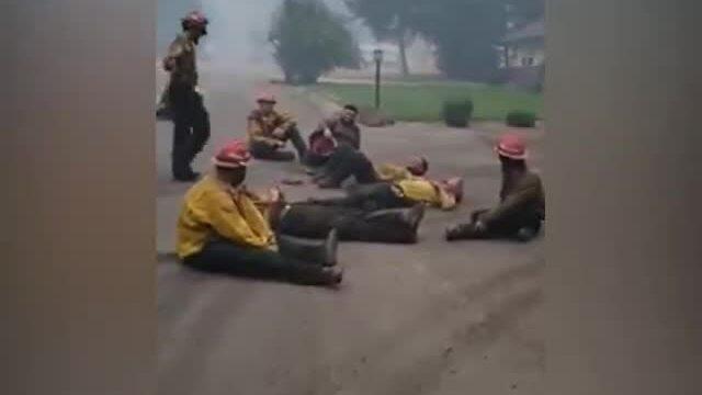 Lính cứu hỏa Mỹ ca hát sau 14 tiếng chiến đấu với cháy rừng
