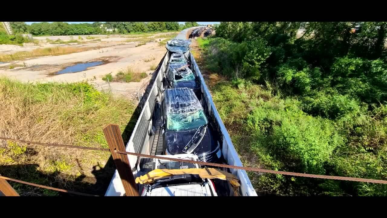 Lô xe mới hư hỏng nặng khi tàu đâm vào cầu vượt