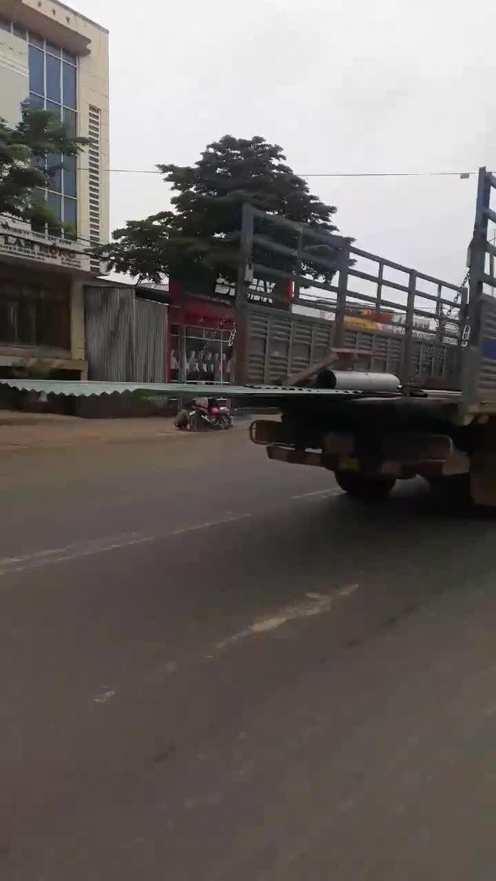 Xe tải chở tôn dài như máy chém