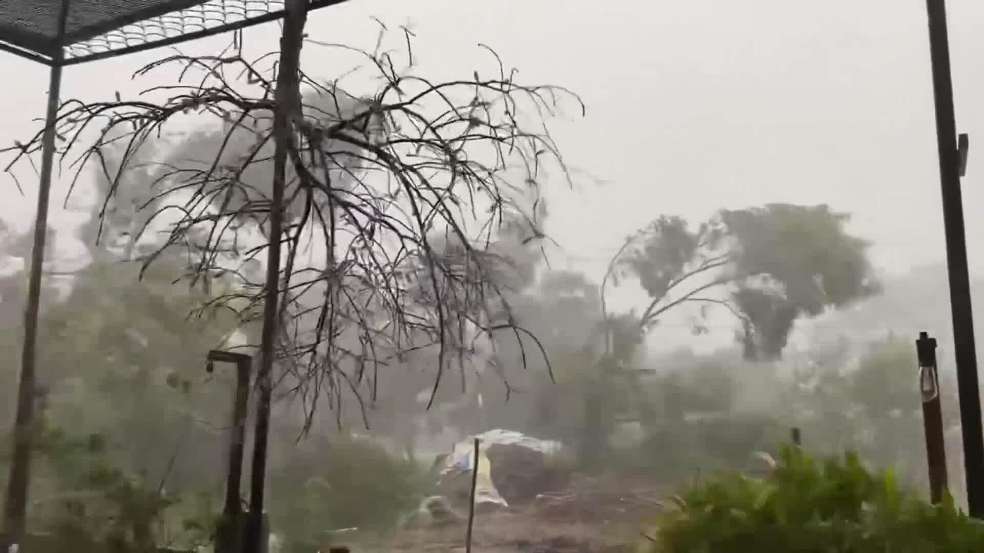 Video bão quét qua thị Trấn Phú Đa, huyện Phú Vang, Thừa Thiên Huế.