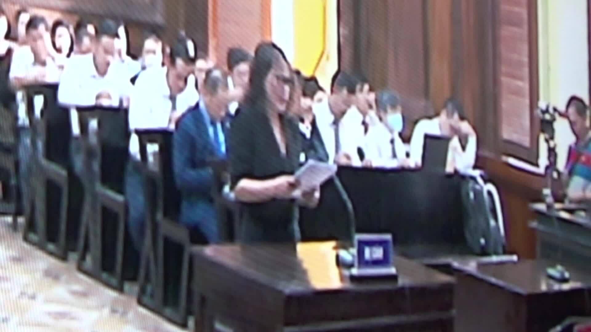 Video minh họa bà Thúy khóc tại tòa