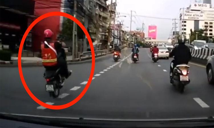 Thanh niên ngã văng vì bốc đầu xe máy