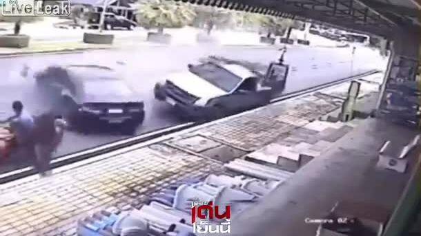 Gia đình 4 người thoát chết trước ôtô mất lái
