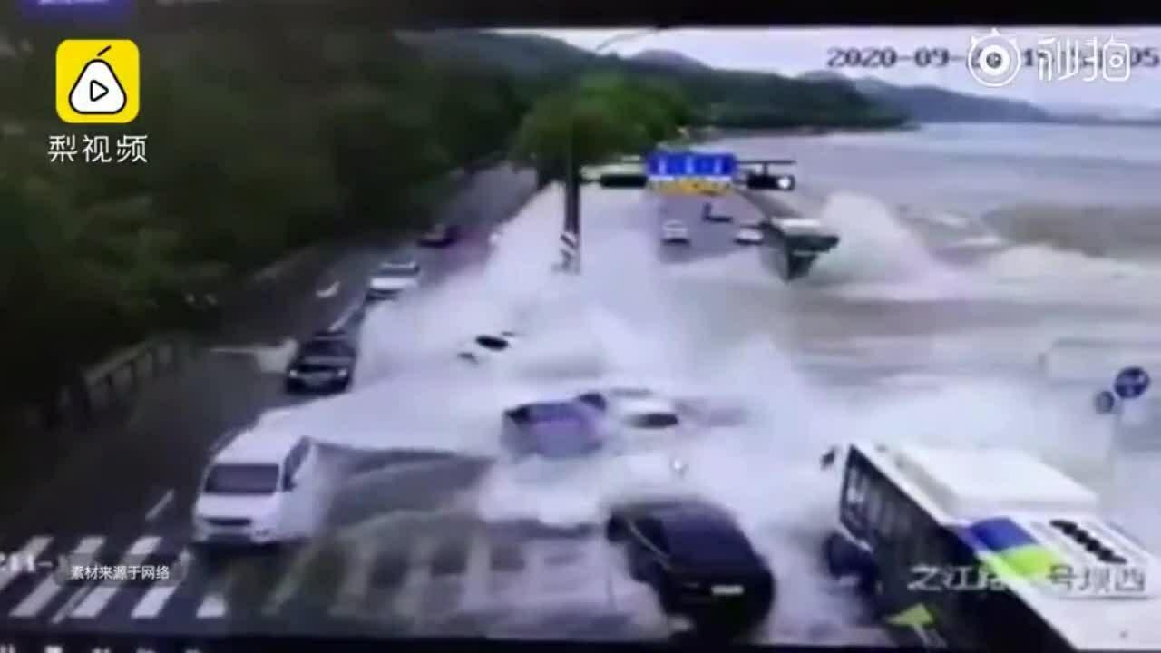 Nước sông Tiền Đường tràn đê, cuốn phăng ôtô