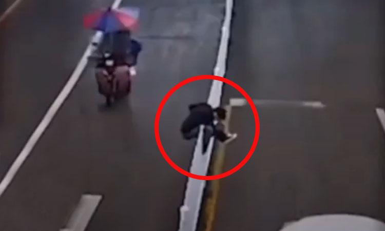 Kẹt trên dải phân cách khi cố trèo qua đường