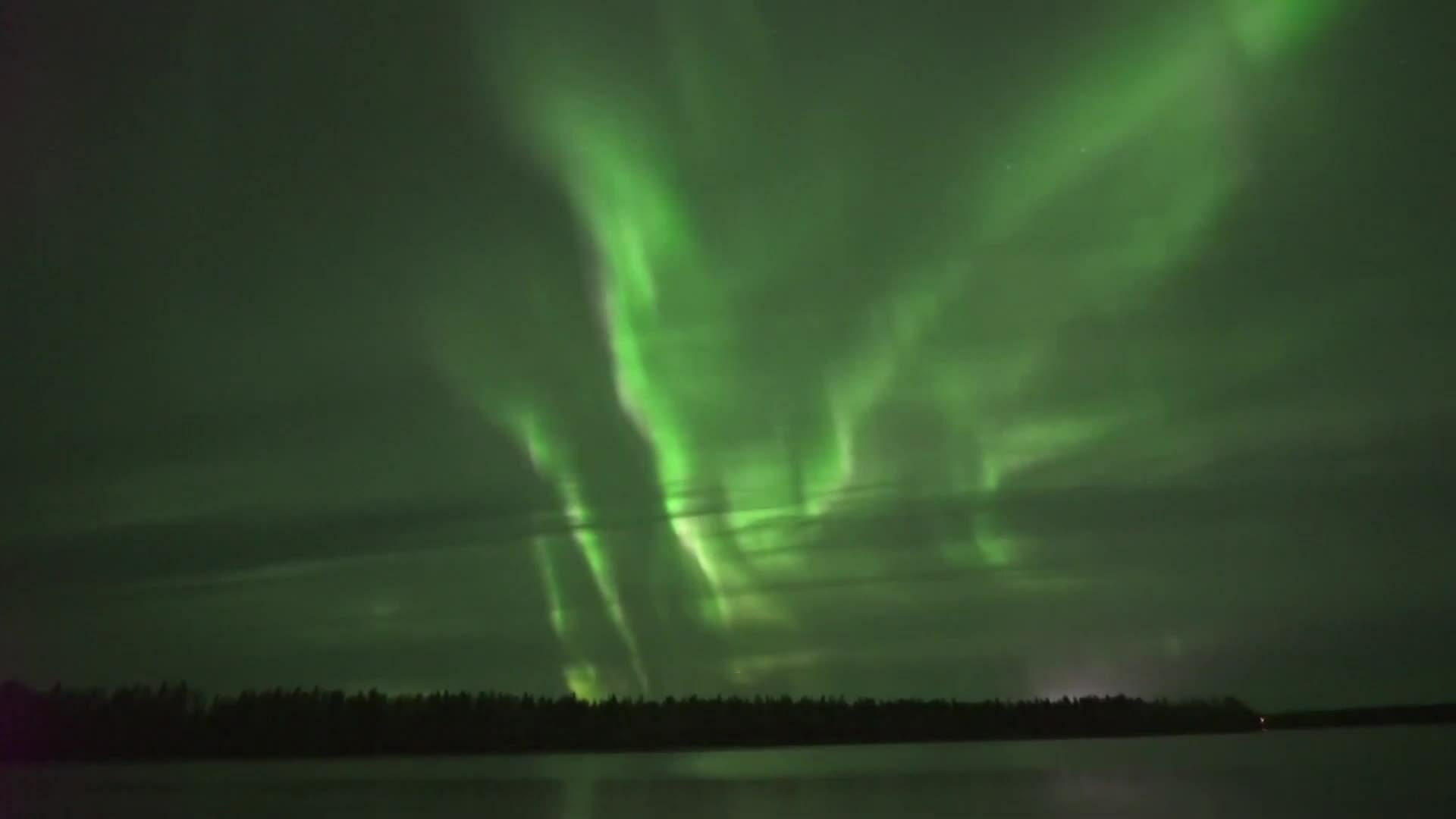 Cực quang kéo dài hàng giờ trên bầu trời đêm