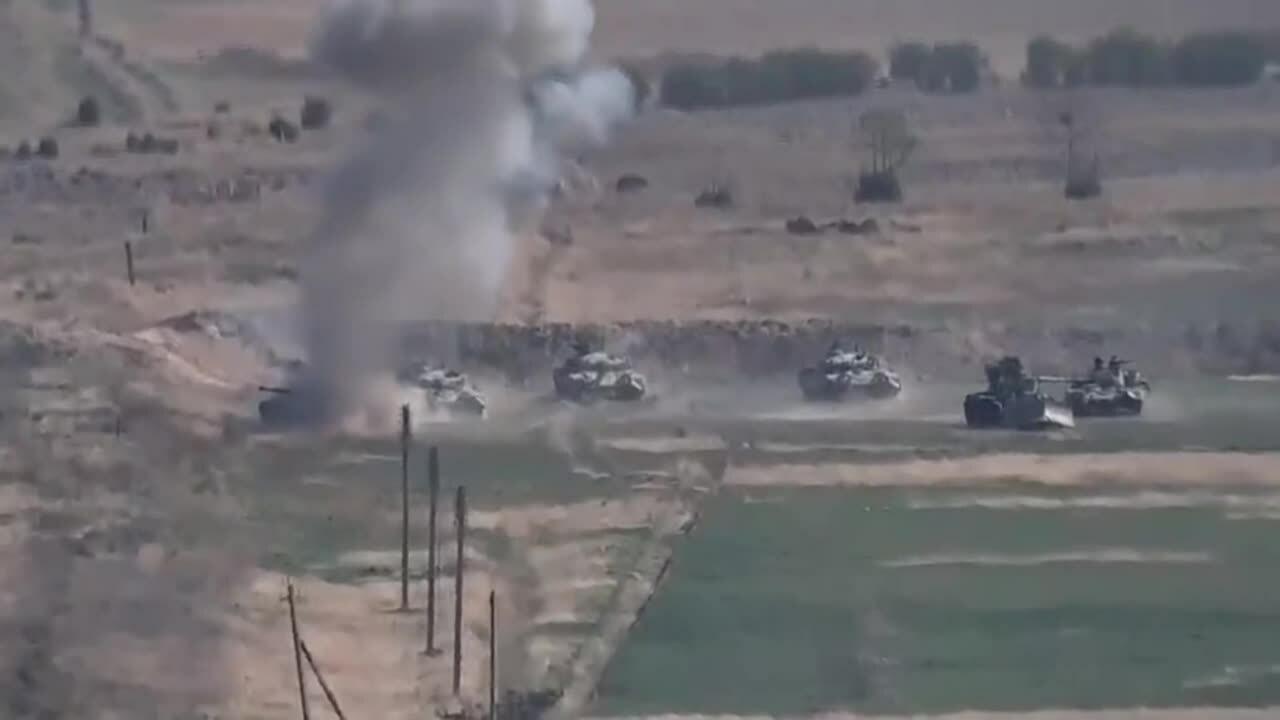 Khoảnh khắc xe tăng Azerbaijan nổ vì mìn, đạn pháo Armenia