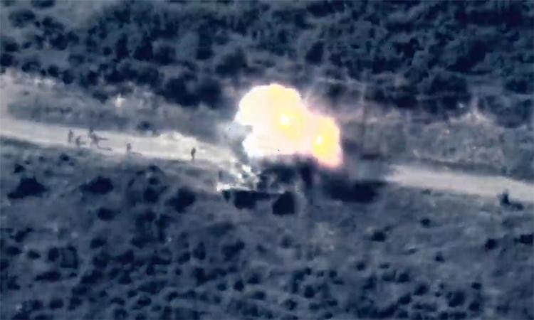 Lính Armenia suýt chết khi đứng cạnh xe tăng trúng tên lửa