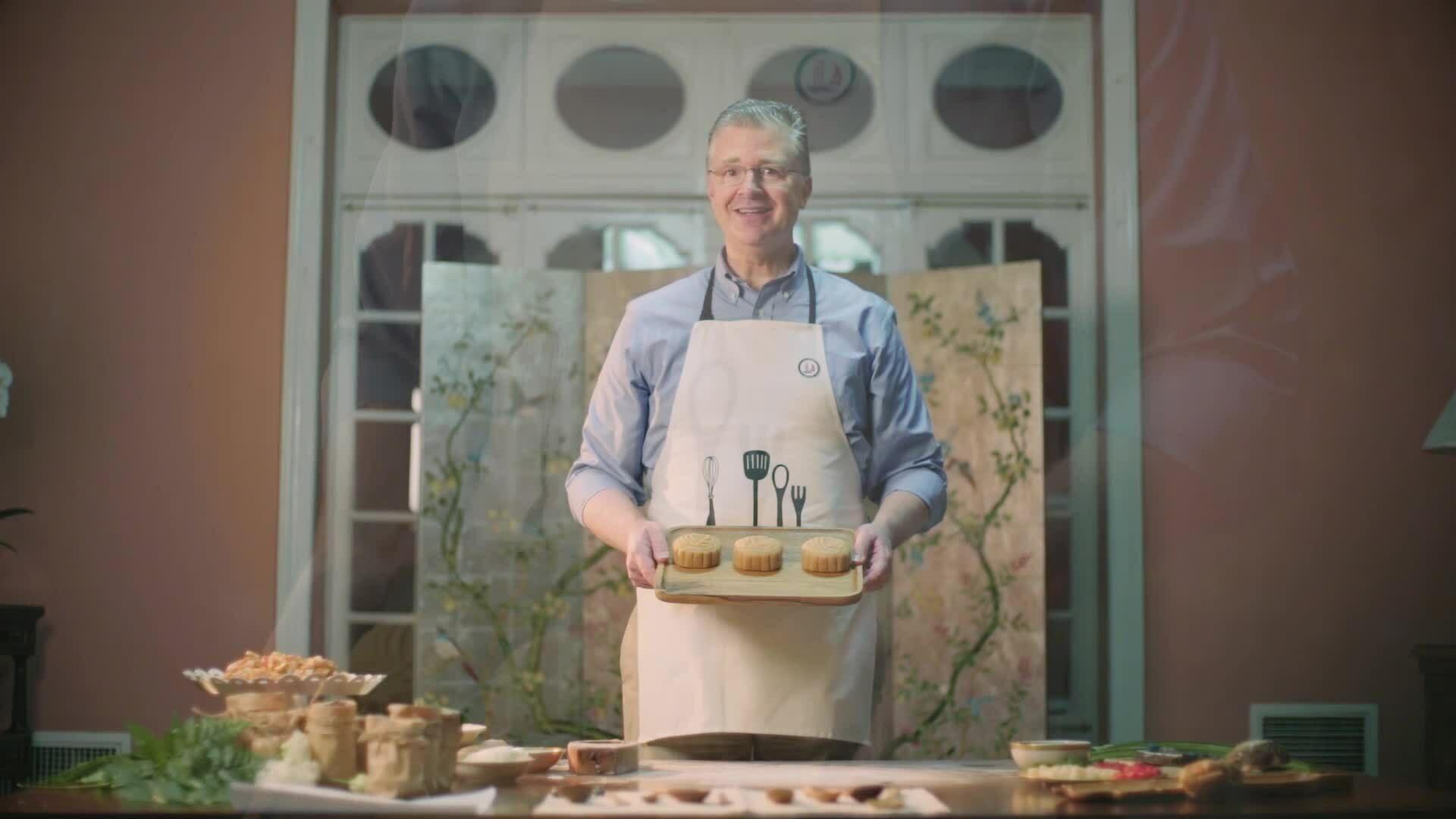 Đại sứ Mỹ làm bánh trung thu với kem phô mai và việt quất