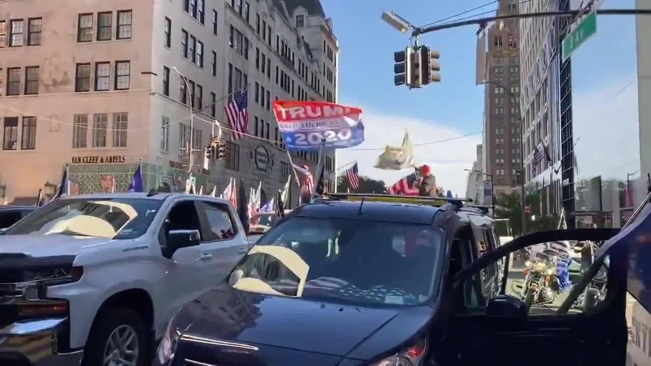 Hàng trăm người ủng hộ gây tắc đường trước Tháp Trump