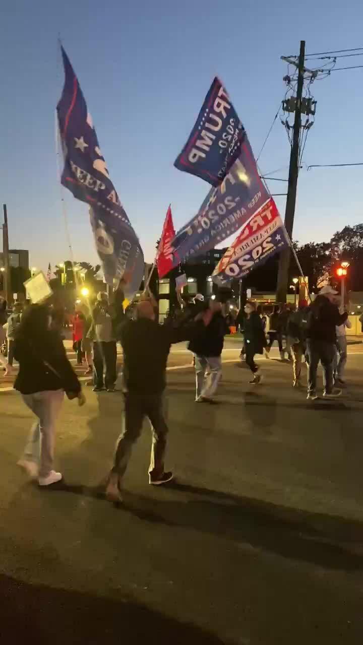 Người ủng hộ Trump bên ngoài bệnh viện