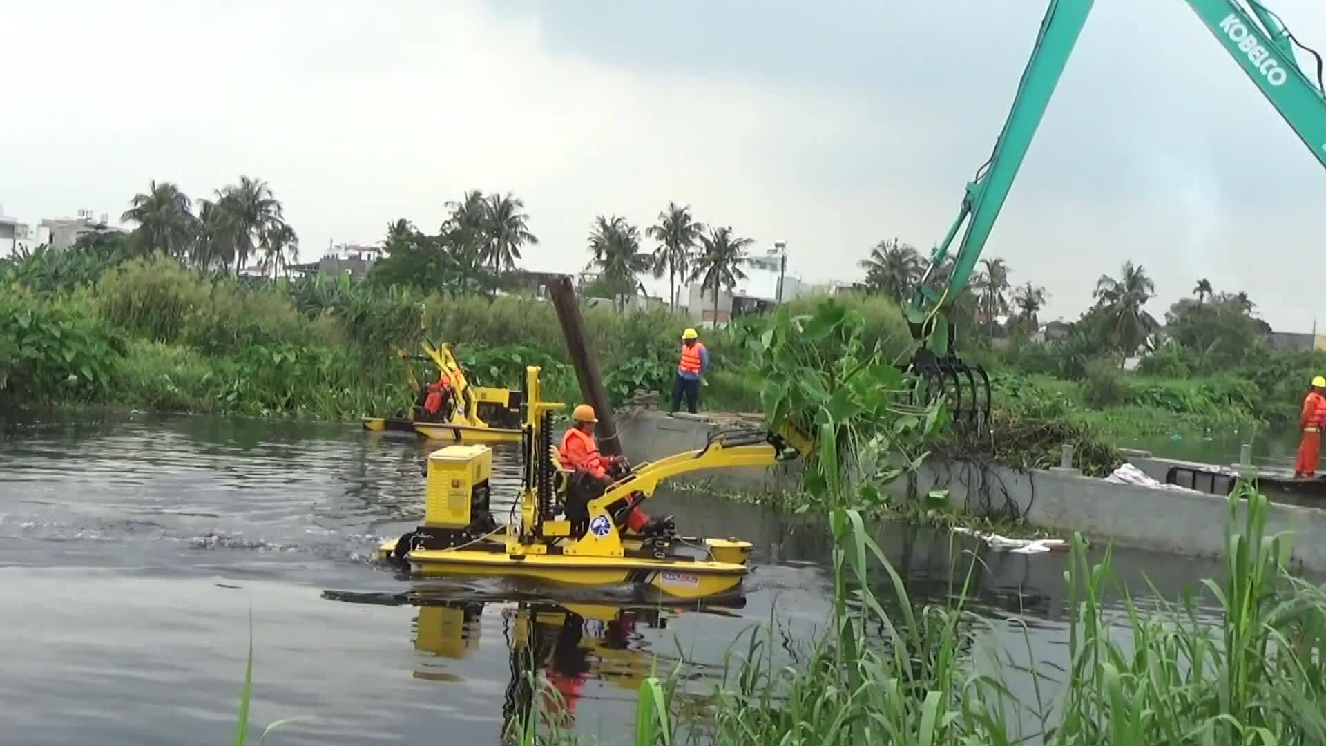 Máy vớt rác 20 tỷ đồng trên kênh Sài Gòn