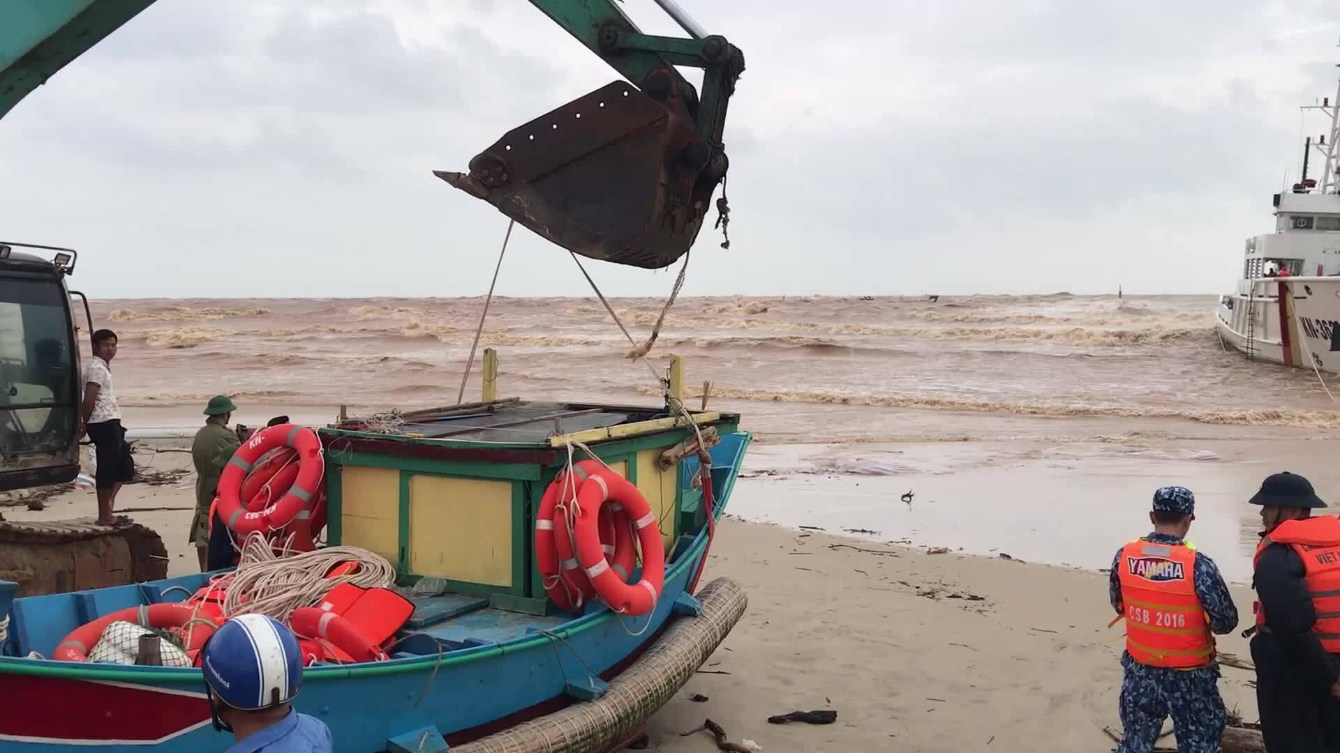 5 ngư dân tiếp tục ra biển cứu 8 thuyền viên