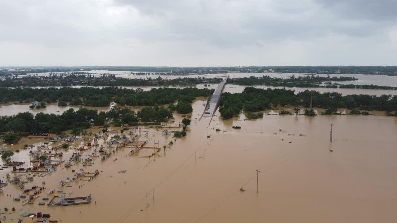Tỉnh lộ ngập gần 1 km chia cắt 4.000 hộ dân