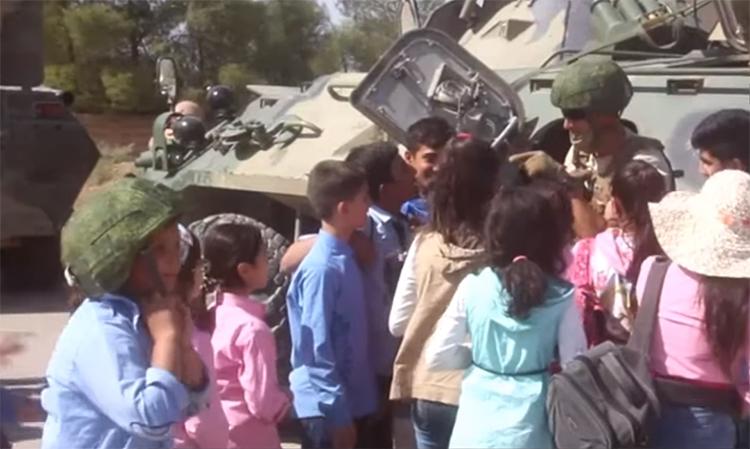 Quân cảnh Nga chơi cùng trẻ em Syria