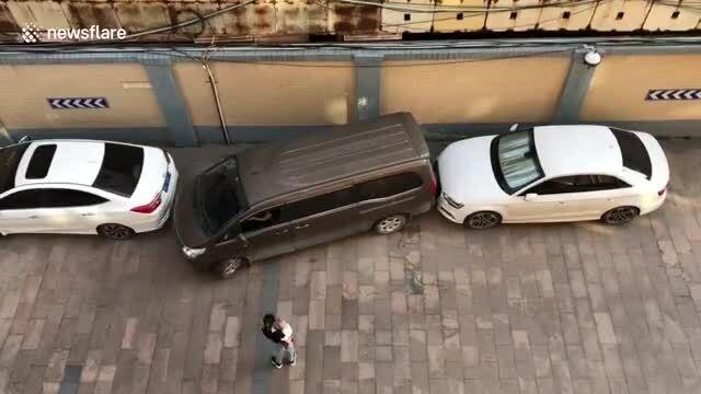 Tài xế thể hiện khả năng thoát xe khỏi chỗ hẹp