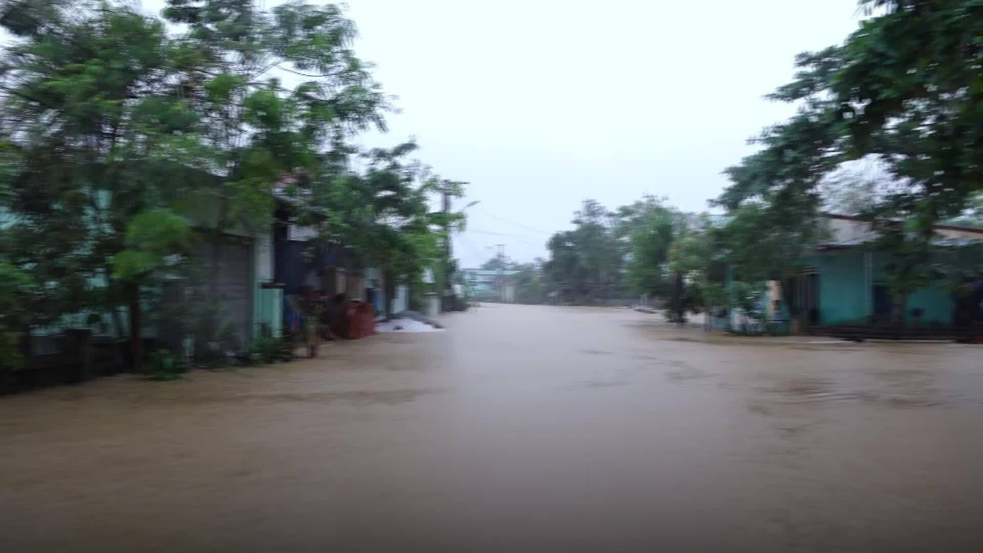 Biển nước bao vây nhiều nhà dân ở Huế - Lũ lụt miền Trung