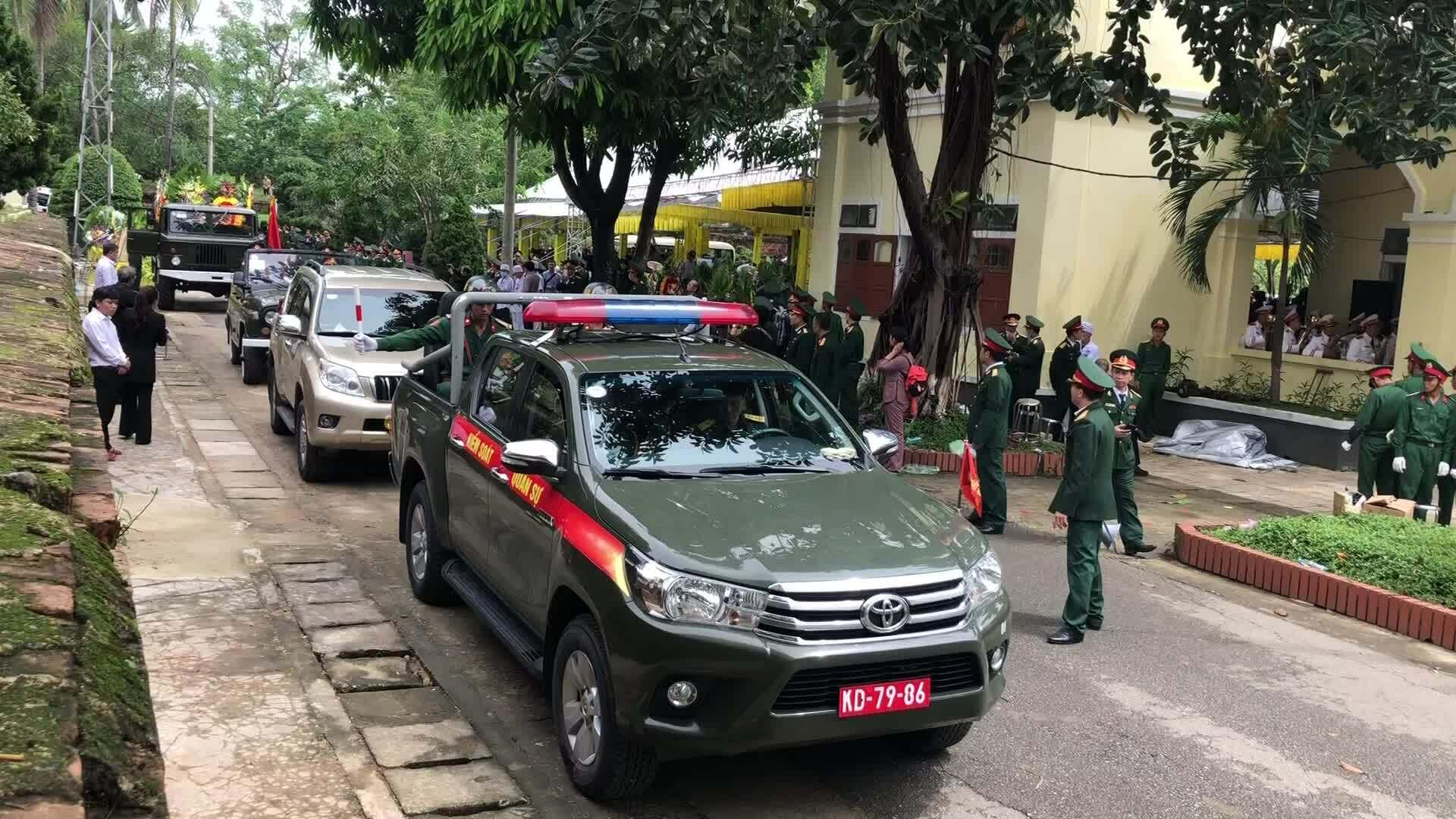 Xe đưa linh cữu thiếu tướng Nguyễn Văn Man về quê