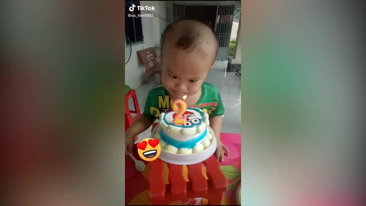 Bé trai 2 tuổi bất lực khi thổi nến sinh nhật