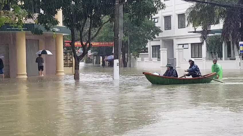 Đường phố Hà Tĩnh chìm trong biển nước